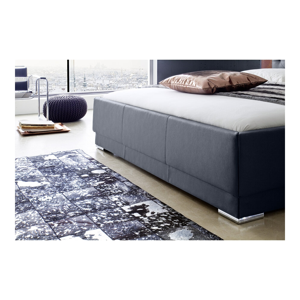 160 arba 180 cm lova, dygsniuotu galvūgaliu, su metalinėmis chromuotomis kojelėmis