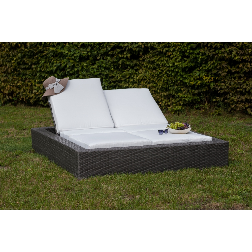 Modernaus dizaino lauko lova, su su minkštais atlošais, pinta