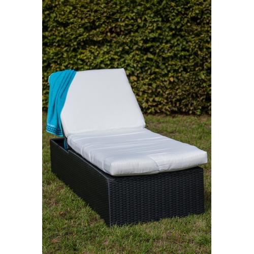 futuristinio dizaino lauko lova, iš sintetinio ratano, prie baseino, medinė