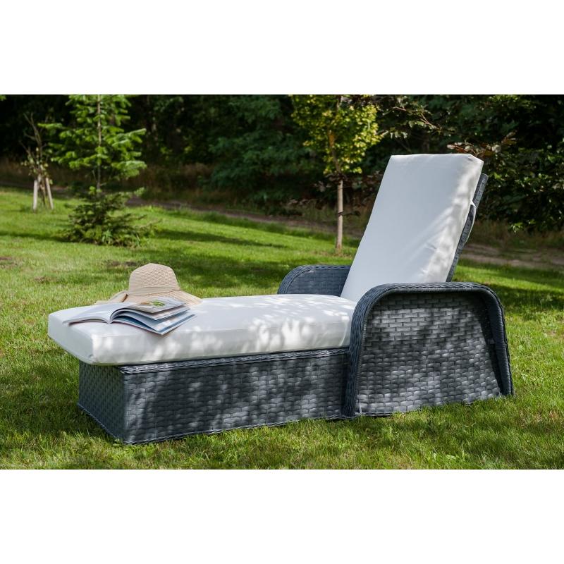 futuristinio dizaino lauko lova, iš sintetinio PE ratano, prie baseino, medinė